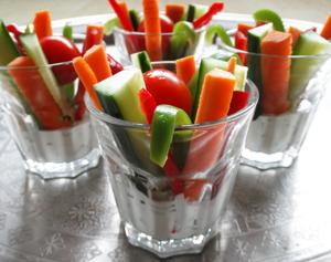 DIY-zelfmaken-creatief-knutselen-idee-groenten-dip-gezond-dippen-snijden-groentes-komkommer-tomaat-wortel-dipsaus-yoghurt-traktatie-gezond